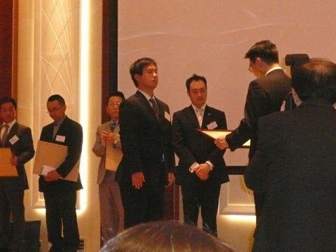 2009年4月7日 エコリグラスカップの表彰式 壇上での賞状授与